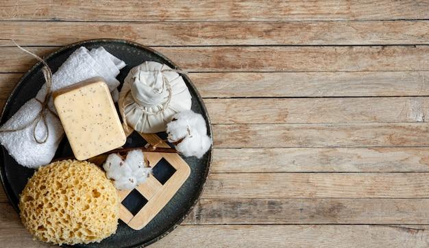 Composição de spa com acessórios de banho naturais e orgânicos no espaço da cópia da superfície de madeira.