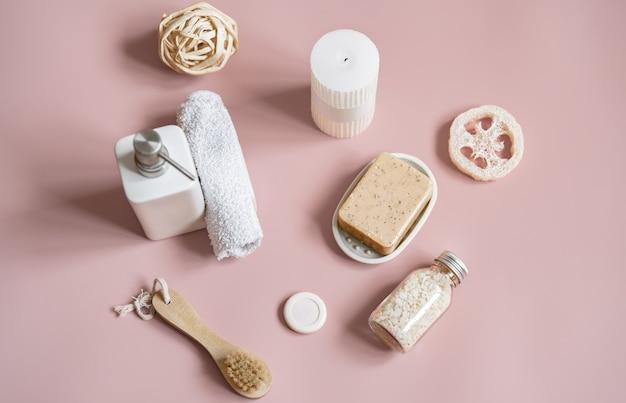 Composição de spa com acessórios de banho para cuidados corporais planos.