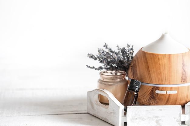 Composição de spa com difusor de aroma e espaço de cópia de óleo de lavanda natural.