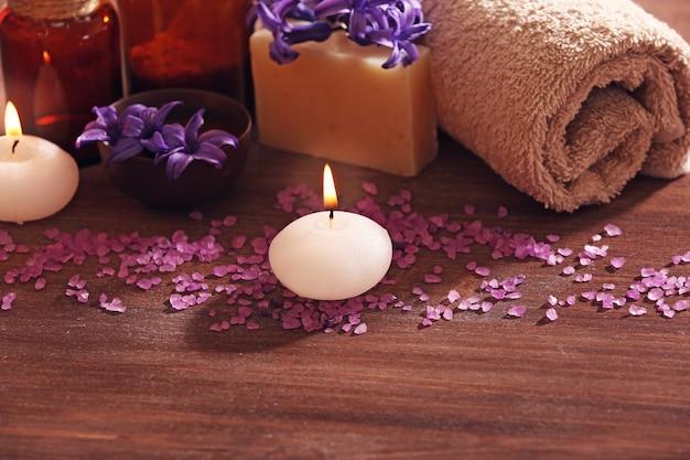 Composição de spa com flores da primavera na mesa de madeira