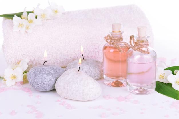 Composição de spa com flores de jasmim isoladas em branco