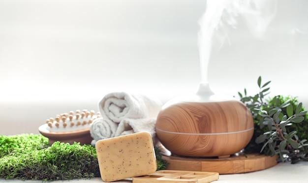 Composição de spa com itens de aromaterapia e cuidados com o corpo.