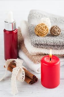 Composição de spa com óleo essencial e toalhas