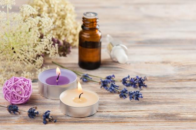 Composição de spa com óleo essencial e velas acesas