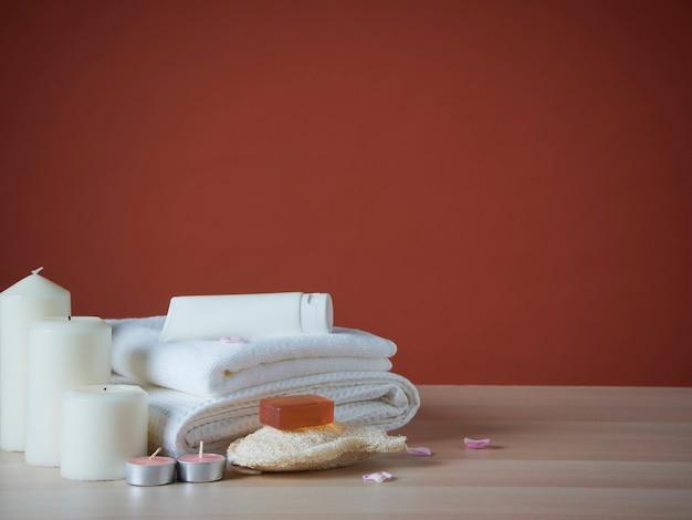 Composição de spa com produto cosmético em mesa de madeira