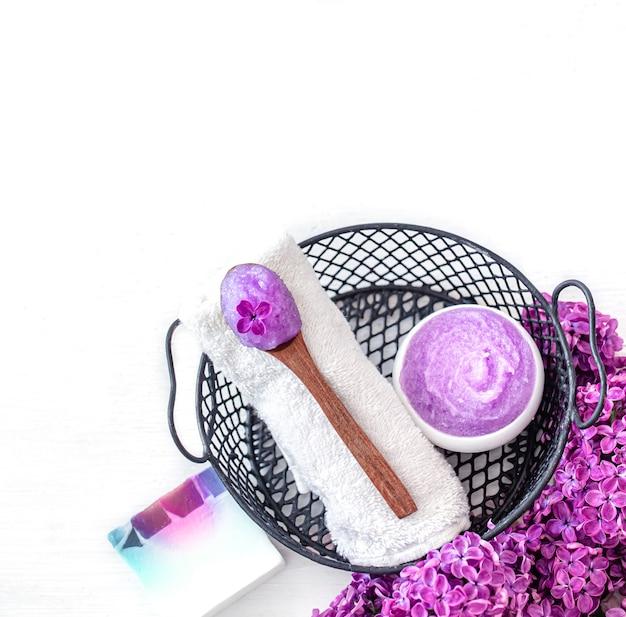 Composição de spa com produto cosmético lilás, sabonete e flores lilás. conceito de cuidados com a pele e cuidados com o corpo.