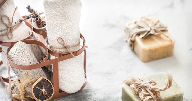 Composição de spa com sabonete artesanal e toalha