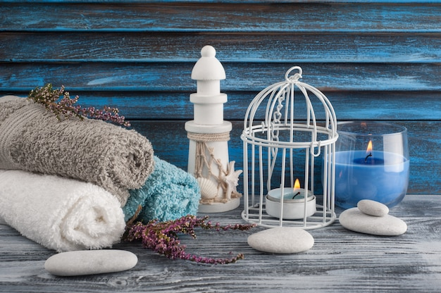 Composição de spa com velas, flores de urze