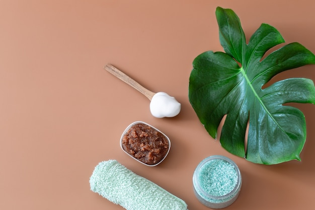 Composição de spa com vista superior de itens de higiene corporal. conceito de saúde e beleza.