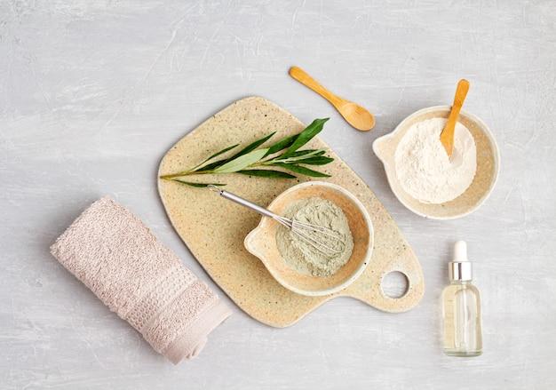 Composição de spa e bem-estar com soro, toalhas e produtos de beleza