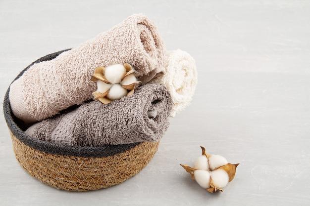 Composição de spa e bem-estar com toalhas e produtos de beleza. centro de bem-estar, hotel, cuidados com o corpo