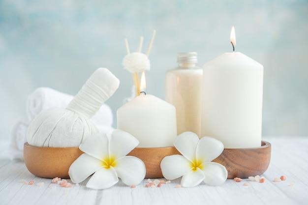 Composição de spa relaxante natural na mesa de massagem no centro de bem-estar