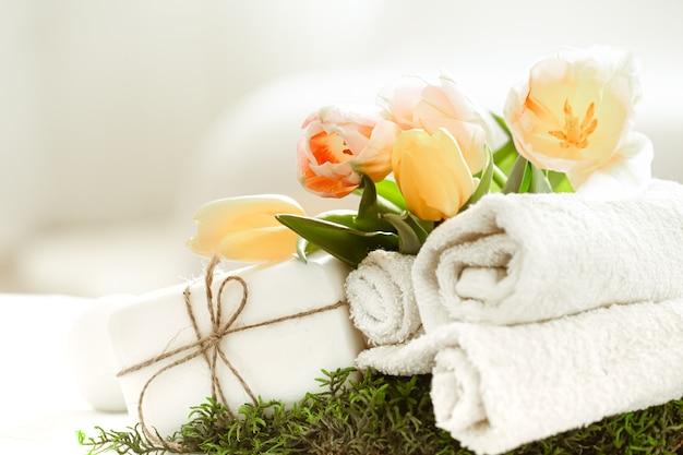 Composição de spring spa com itens de cuidados corporais com tulipas frescas, beleza e saúde.