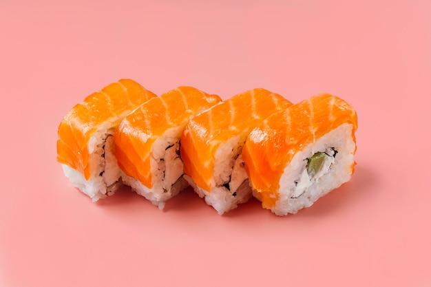 Composição de sushi japonês tradicional de ângulo alto