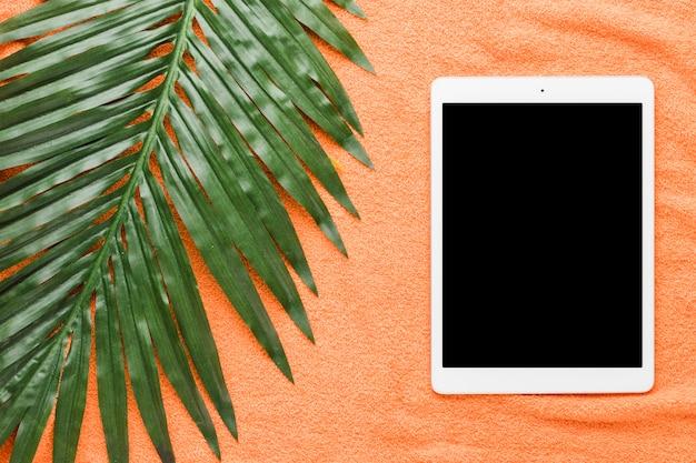 Composição de tablet e grande folha verde