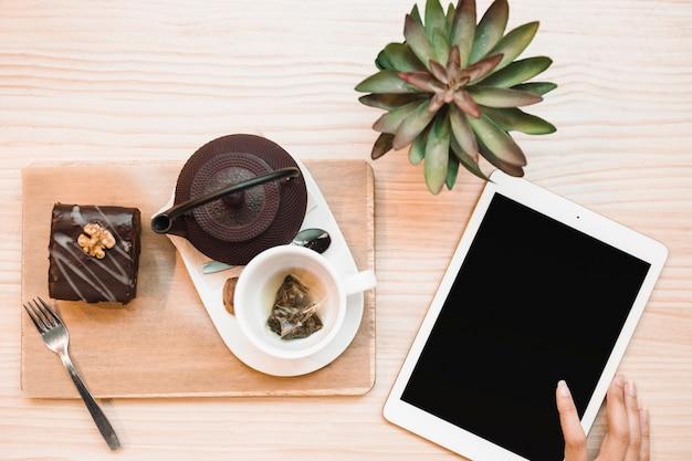 Composição de tablet e jogo de chá