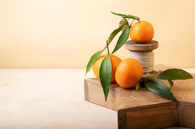 Composição de tangerinas frescas em uma bandeja de madeira conceito de natal ou celebração familiar