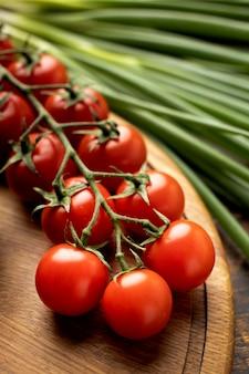 Composição de tomates frescos de ângulo elevado