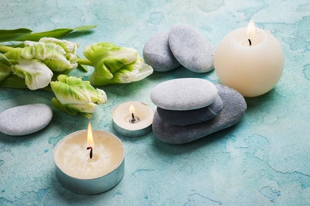 Composição de tratamento de pedras spa com velas acesas