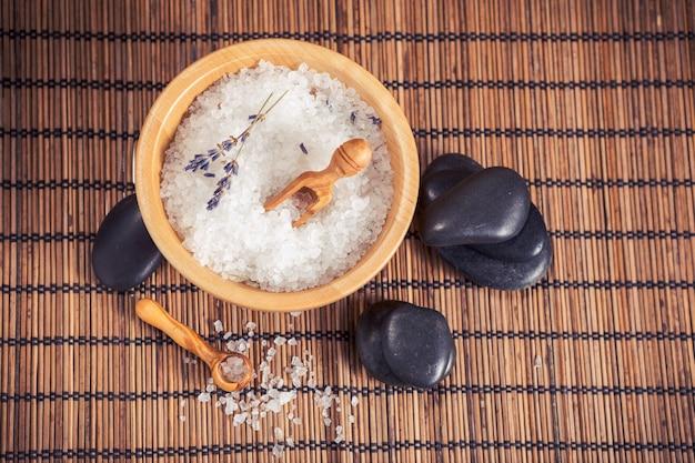 Composição de tratamento de spa em fundo de madeira