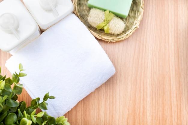 Composição de tratamento de spa na mesa de madeira.
