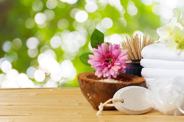 Composição de tratamento de spa na mesa de madeira