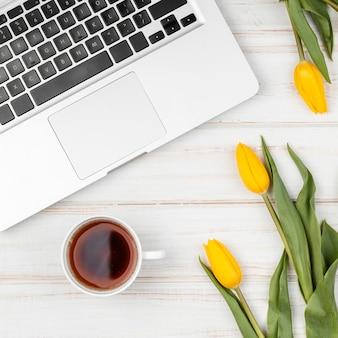 Composição de tulipas amarelas na mesa de trabalho