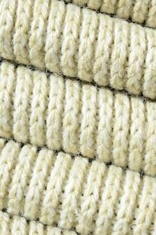 Composição de uma camisola de malha amarela macia. textura macro de ligações em fios
