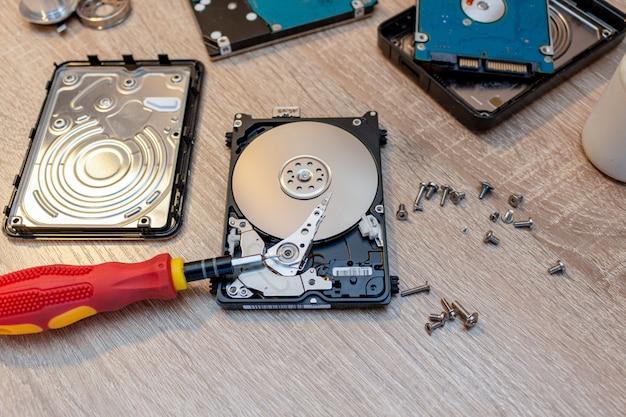 Composição de unidades de disco rígido quebradas antigas