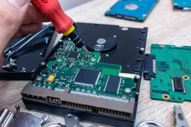 Composição de unidades de disco rígido quebrado velho em um conceito de serviço de recuperação de reparo close-up