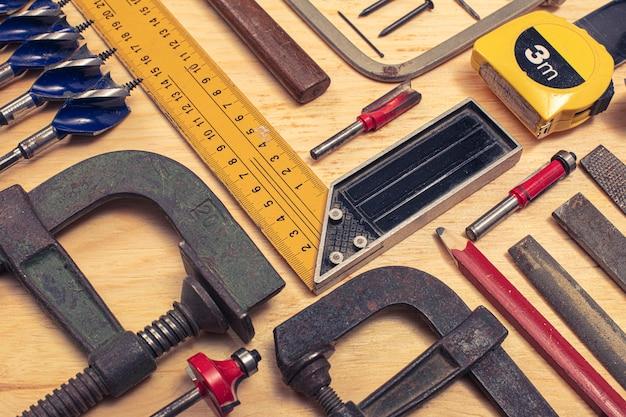 Composição de várias ferramentas mecânicas relacionadas com o comércio de carpinteiro.