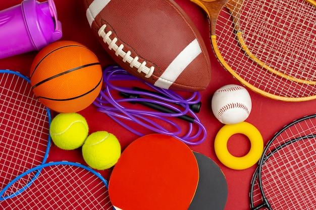 Composição de vários equipamentos esportivos para fitness e jogos