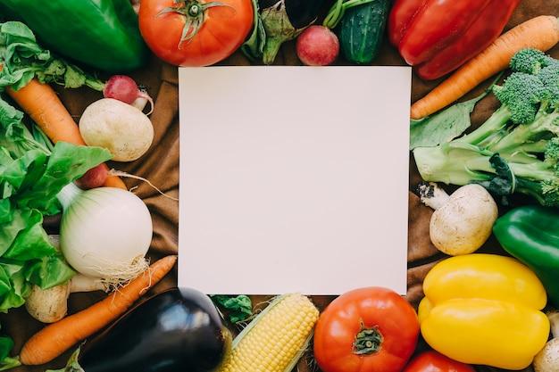 Composição de vegetais com folha de papel