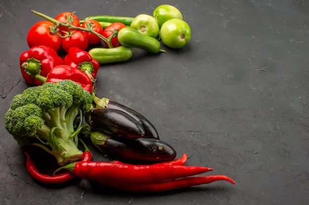 Composição de vegetais frescos maduros de vista frontal na mesa de cor escura salada madura