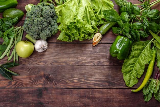 Composição de vegetais verdes brilhantes e suculentos, especiarias e ervas