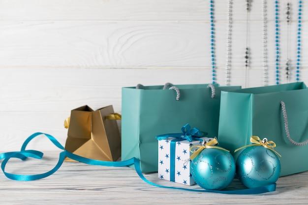 Composição de venda de compras de natal com sacos de papel azul e decorações