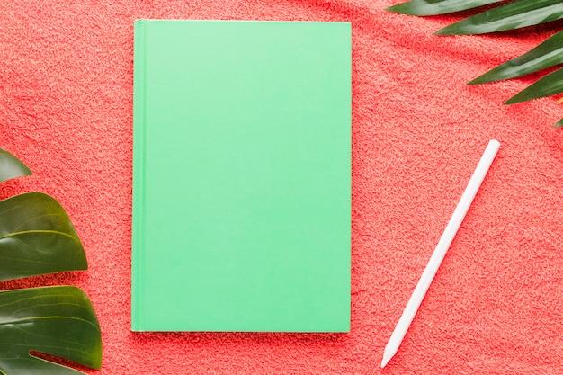 Composição de verão com bloco de notas no fundo brilhante