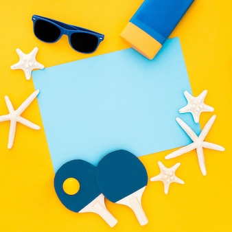 Composição de verão. estrelas do mar, óculos de sol, azul moldura vazia em amarelo pastel