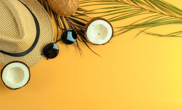 Composição de verão. folhas de palmeira tropical,