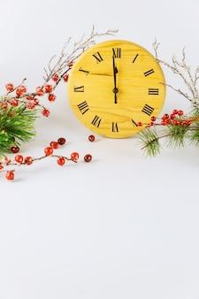 Composição de véspera de ano novo com mostrador de relógio e ponteiro das horas mostra 12 horas.