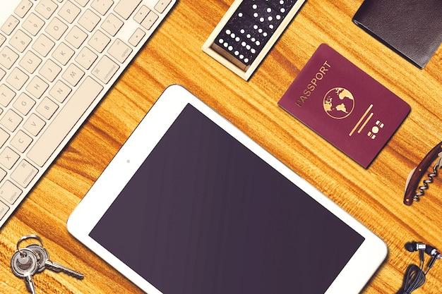Composição de viagens com roupas e equipamentos de viagem