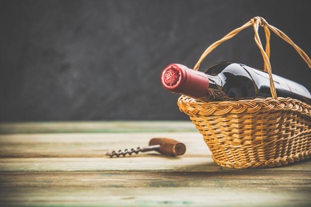 Composição de vinho no fundo rústico escuro, espaço para texto