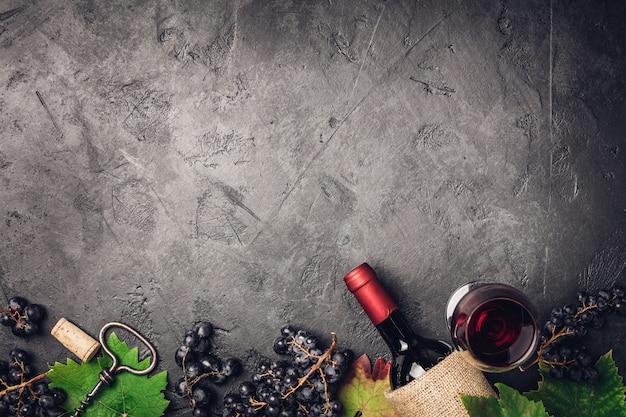 Composição de vinho no fundo rústico escuro