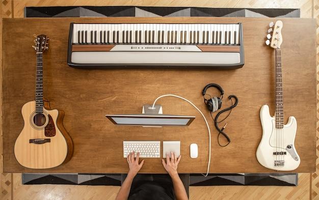 Composição de violão, baixo branco, teclas musicais