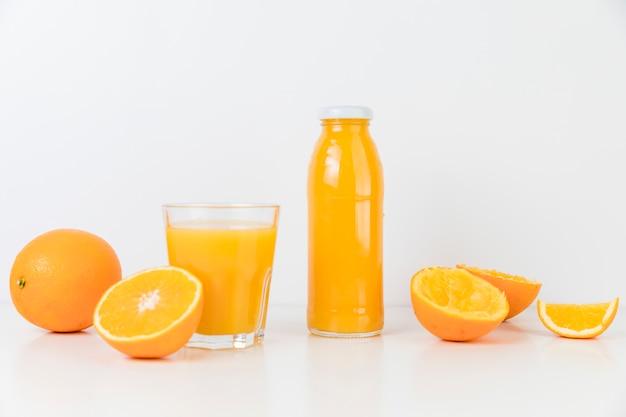 Composição de vista frontal de suco de laranja fresco