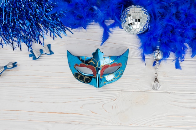 Composição de vista superior com máscara de carnaval