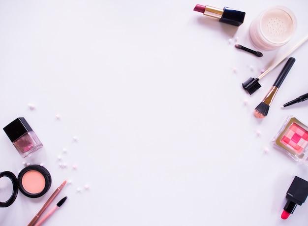 Composição de vista superior definida para maquiagem profissional.
