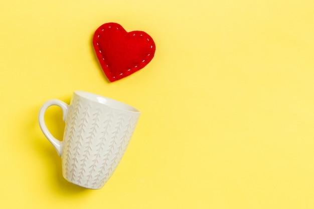 Composição de vista superior do coração vermelho caindo de um copo