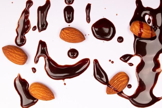 Composição de vista superior ou plano de fundo com deliciosos chocolates e nozes