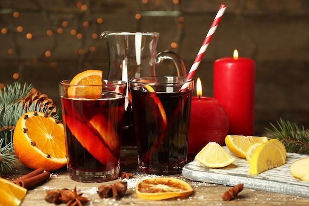 Composição decorada de vinho quente em taças na mesa de madeira